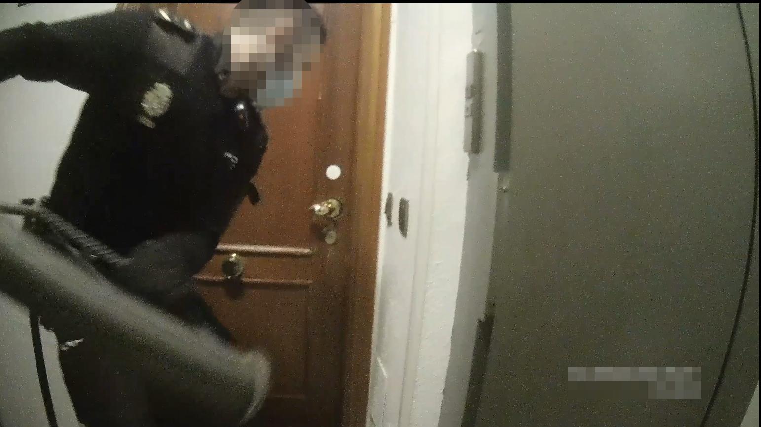 Video | La patada en la puerta que puso fin a una fiesta ilegal durante la pandemia, vista por los policías y los detenidos