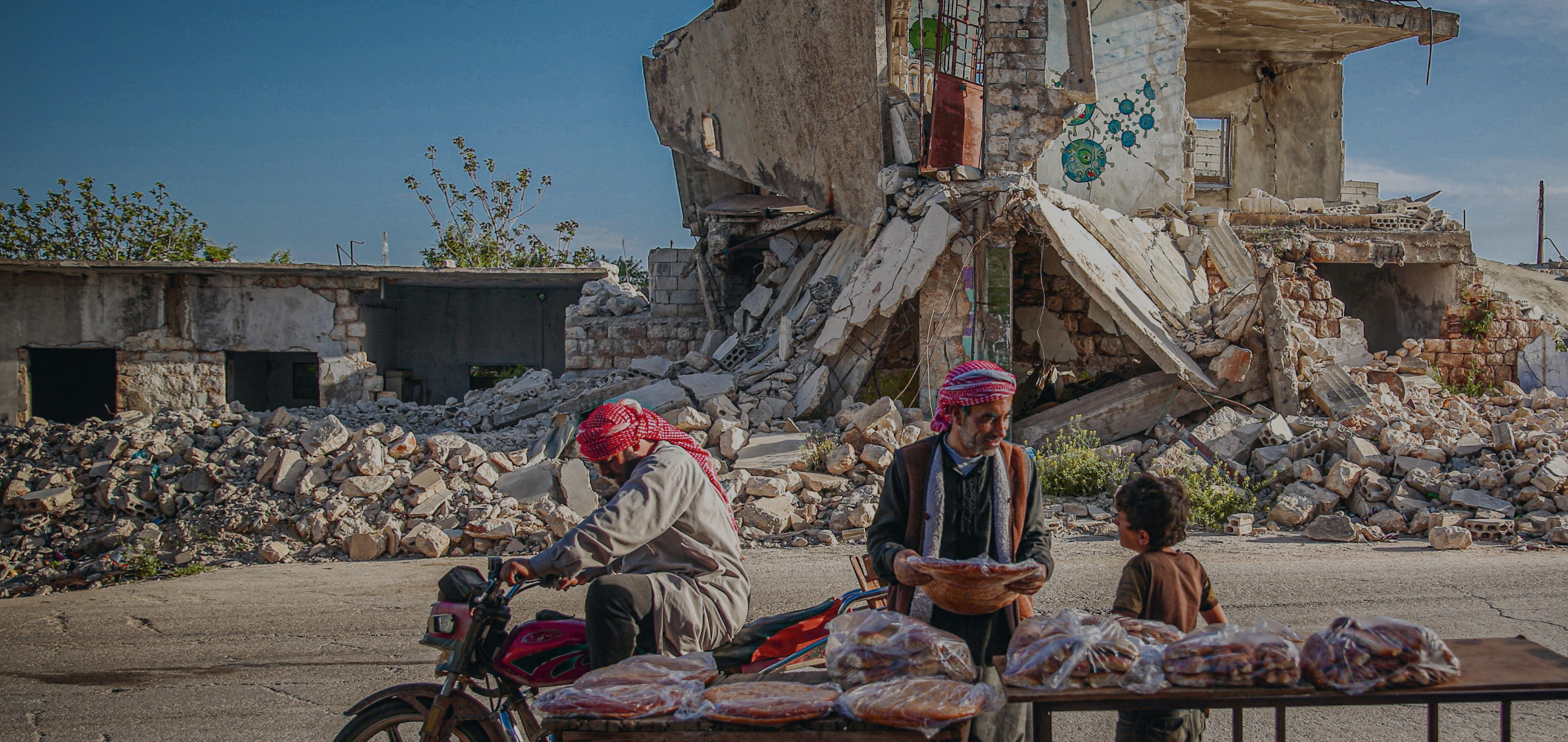 Los habitantes de Idlib, Siria, comparten un pan plano y redondo tradicional durante el mes sagrado del Ramadán.