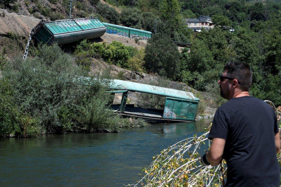 El escándalo de los vagones arrojados por Adif al río Sil se salda con una sanción de 55.000 euros