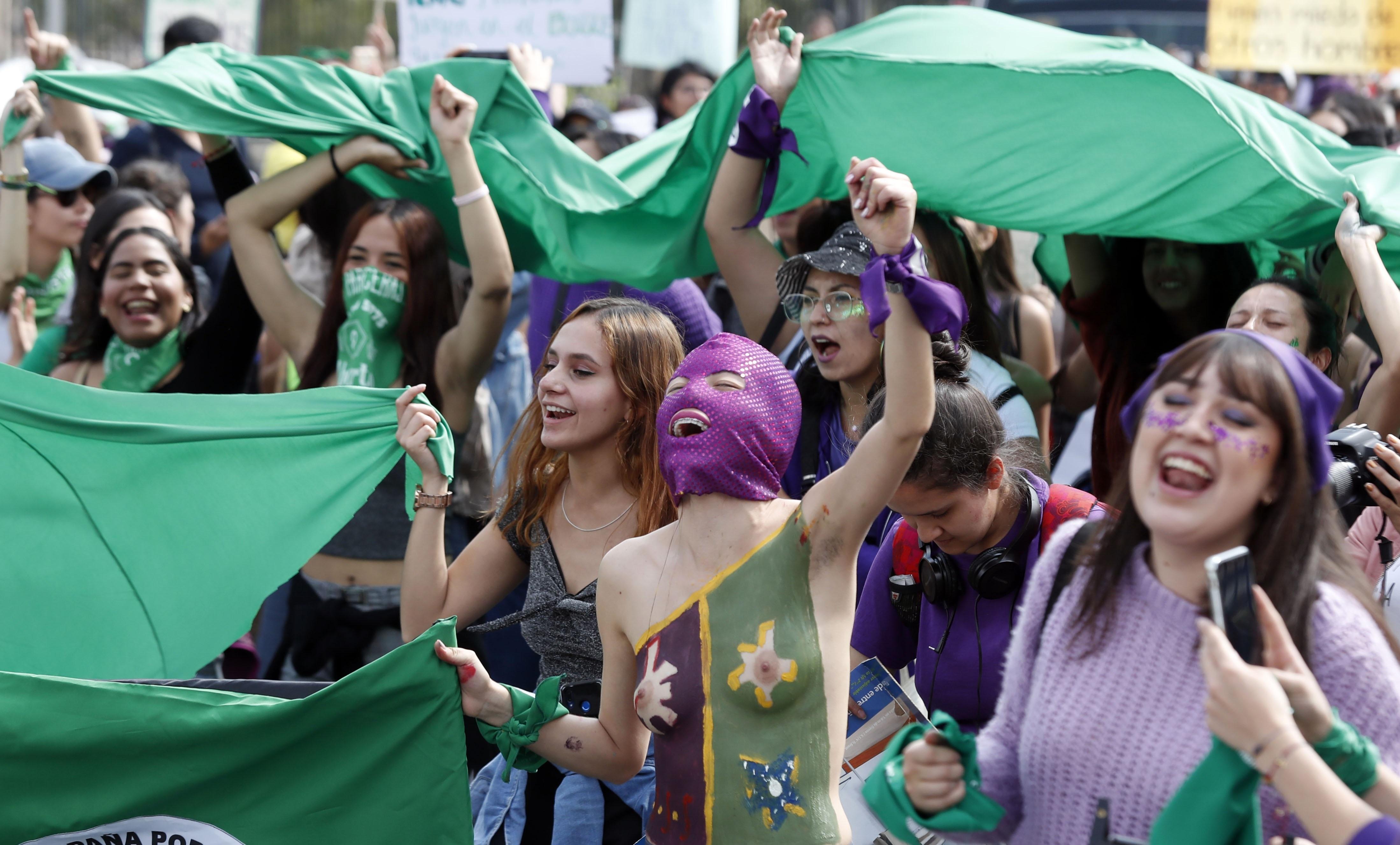 Miles de mujeres exhiben su fuerza en las calles de América Latina ...