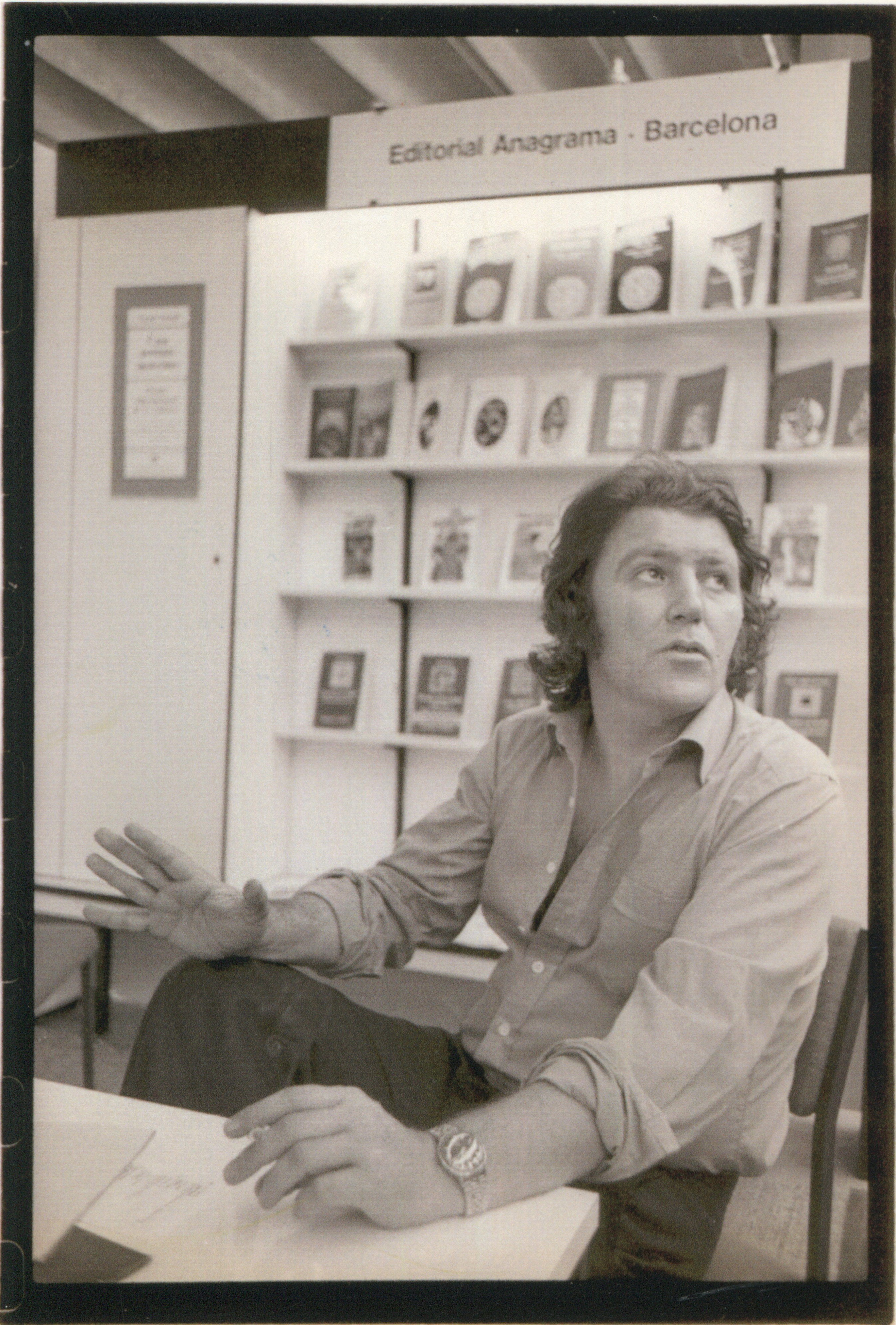 Jorge HERRALDE en el stand de Anagrama en la Feria de Frankfurt de 1977.