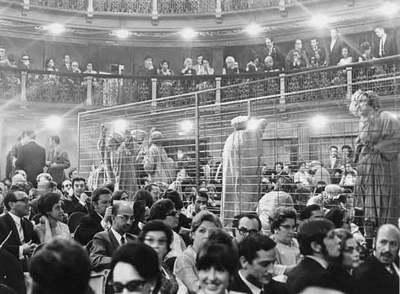 Una de las fotos de la exposición: estreno de <i>Marat Sade,</i> de Adolfo Marsillach, en 1969 en Barcelona.»></img></p> <p>Fue Adolfo Marsillach quien en 1968 estrenó en España, en plena dictadura franquista, el 'Marat-Sade', de Peter Weiss. La función, en la que el propio Marsillach interpretaba al marqués de Sade frente a José María Prada, en el papel de Marat, junto a jóvenes estudiantes, como Jose María Pou, fue todo un acontecimiento político y teatral. La versión la firmaba Salvador Moreno Zarza, seudónimo bajo el que se ocultaba Alfonso Sastre. La obra se estrenó en el Teatro Español de Madrid, el 2 de octubre de 1968, donde estuvo en cartel tres días, durante los cuales se produjeron diversos incidentes. Tras las agitadas representaciones en Madrid, el día 11 de ese mes fue el Teatro Poliorama, de Barcelona, donde hizo temporada hasta enero del siguiente año. El fin de las representaciones fue decidido por el propio Weiss como protesta por el estado de excepción decretado por Franco tras el asesinato por las fuerzas policiales del estudiante Enrique Ruano. En la imagen, el montaje de 'Marat-Sade' de Marsillach, en el Teatro Español, en Madrid. </p> <div class=