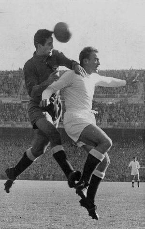 Campanal II y Di Stéfano, en pugna por la pelota.