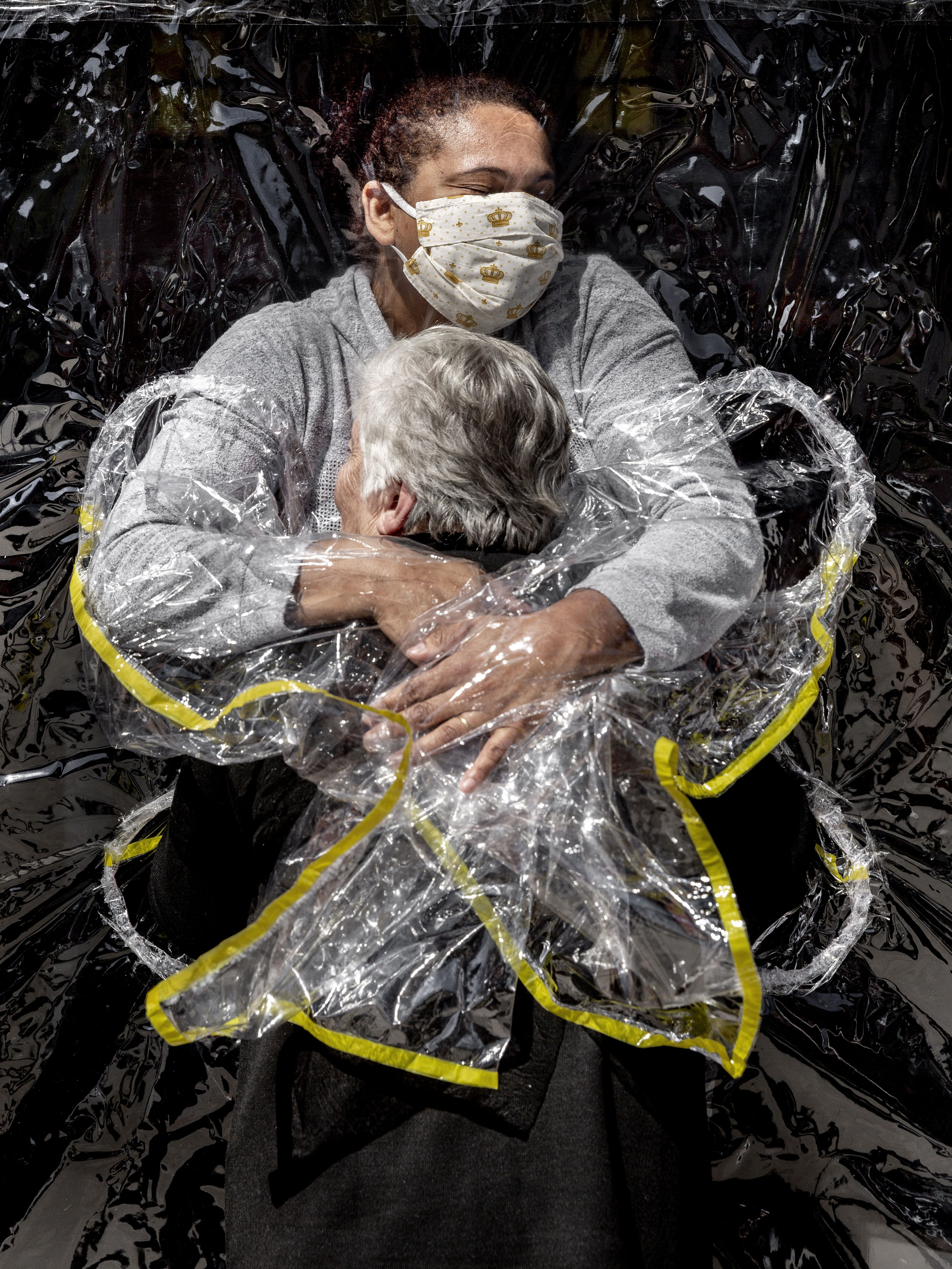 'The first hug', by the Danish Mads Nissen, photo of the year in the World Press Photo 2021 contest.