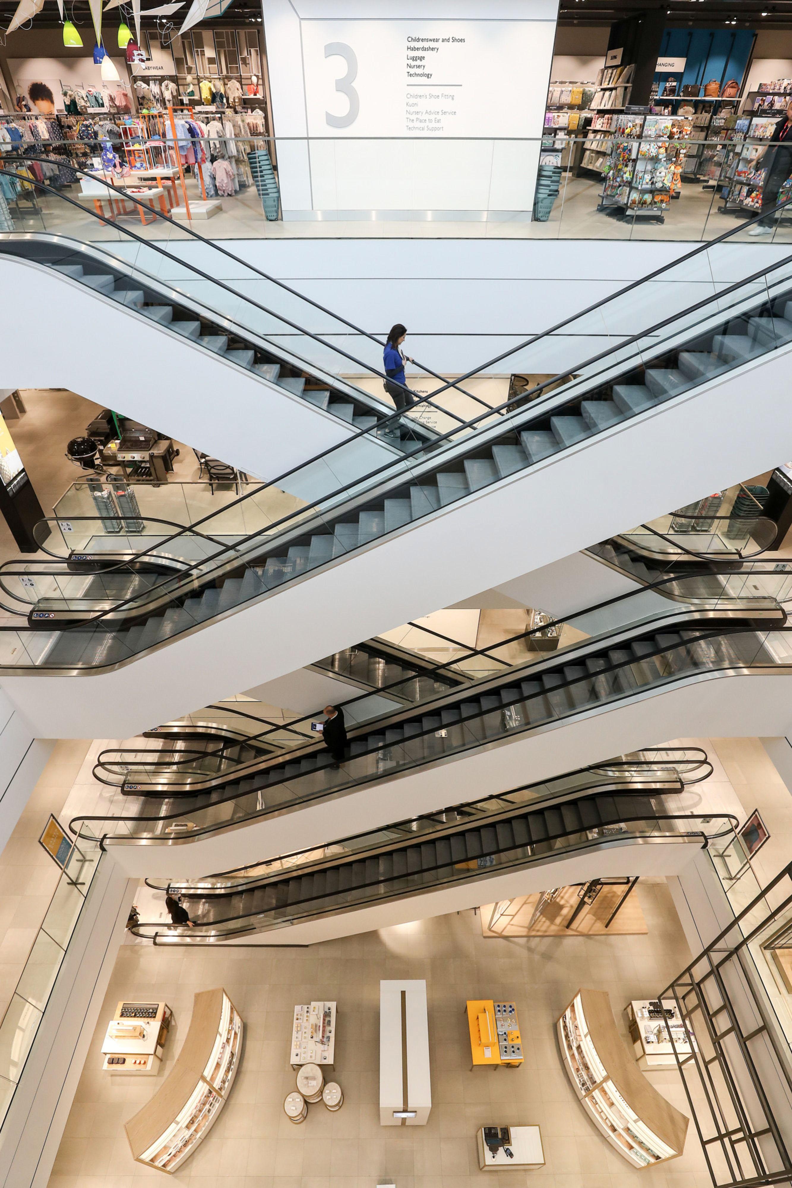 Empleados en los ascensores del centro londinense de John Lewis White antes de su apertura.