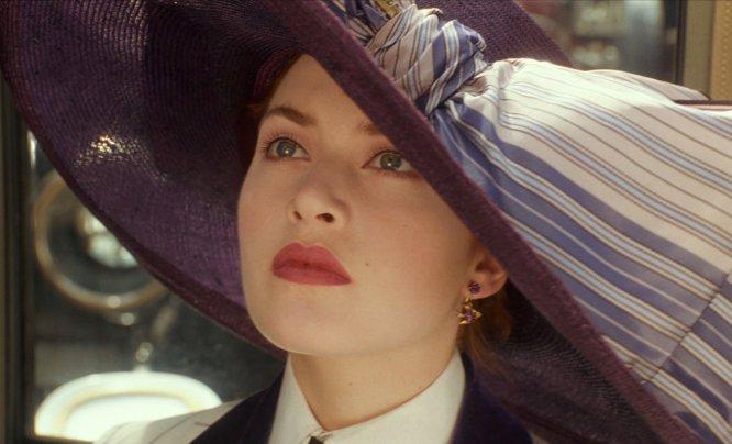 """A Kate Winslet (1975, Inglaterra) le pasó lo que a tantos otros el año del estreno de 'Titanic' (1997): terminó odiando 'My heart will go on', la canción más emblemática de la película. Sin embargo, la aversión que la actriz siente hacia la cinta que la catapultó a la fama tiene también que ver con su propia interpretación. Winslet ha asegurado en varias ocasiones: """"En cada escena pienso: '¿De verdad? ¿De verdad hiciste eso? Oh, dios mío"""". ¿La razón principal? Su acento, demasiado británico en una película estadounidense."""