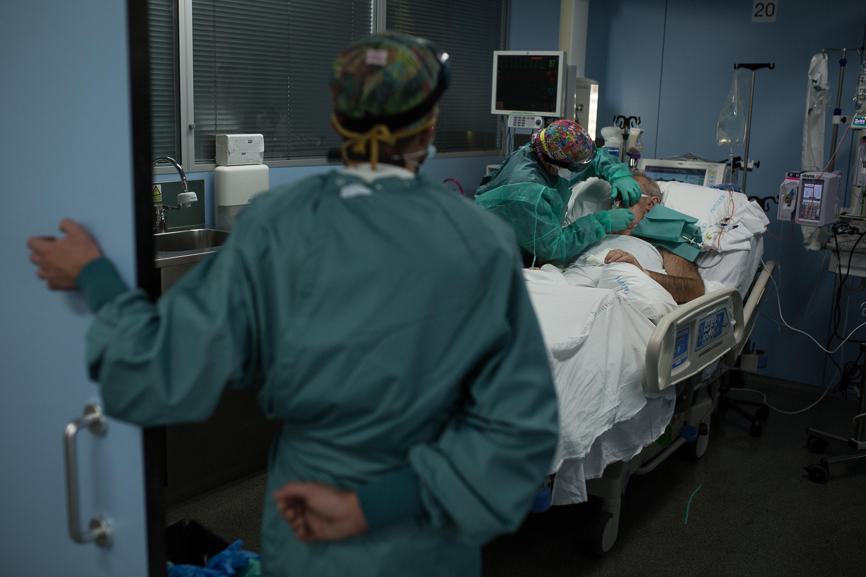 """Los médicos en las UCI: """"Aún no es el infierno, pero sí el purgatorio""""    Sociedad   EL PAÍS"""