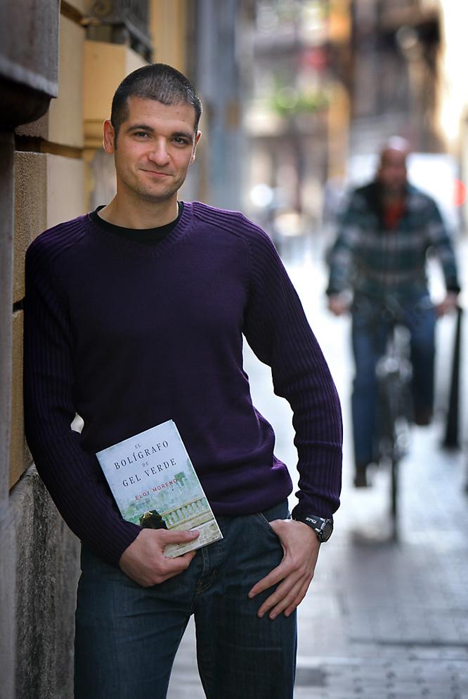 Eloy Moreno, con un ejemplar de su libro.