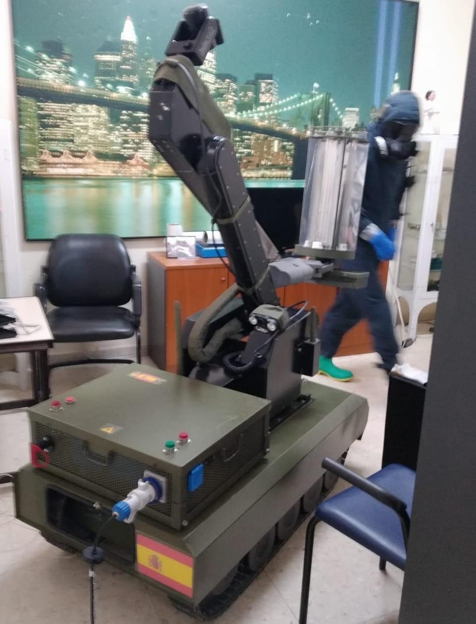 El robor Teodor con un foto de luz UV del proyecto Atilia.