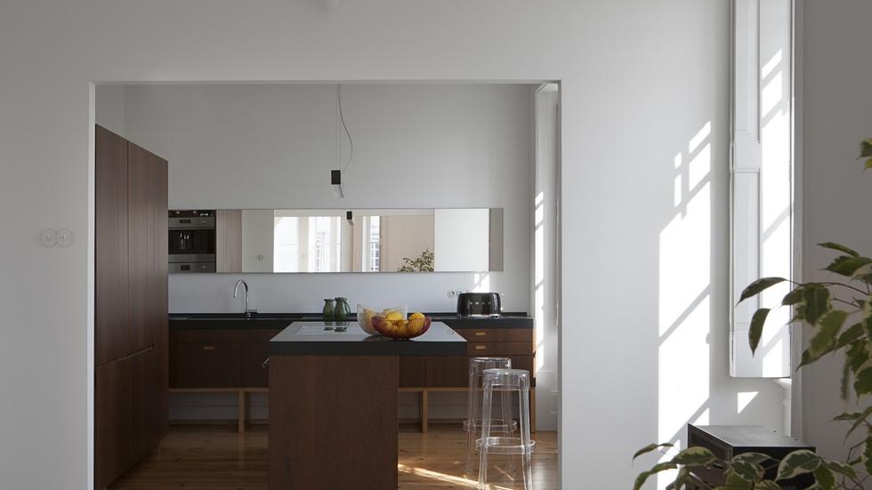 La cocina es una prolongación de la sala principal. Los electrodomésticos se esconden en un recoveco de la estructura, la campana está oculta en la placa (ambas de la marca Gaggenau) y los muebles, diseñados por los arquitectos de Estudio Branco-Del Río, son piezas exentas con aspecto de aparadores. La lámpara del techo es de Climar. La madera original del suelo se ha rehabilitado.