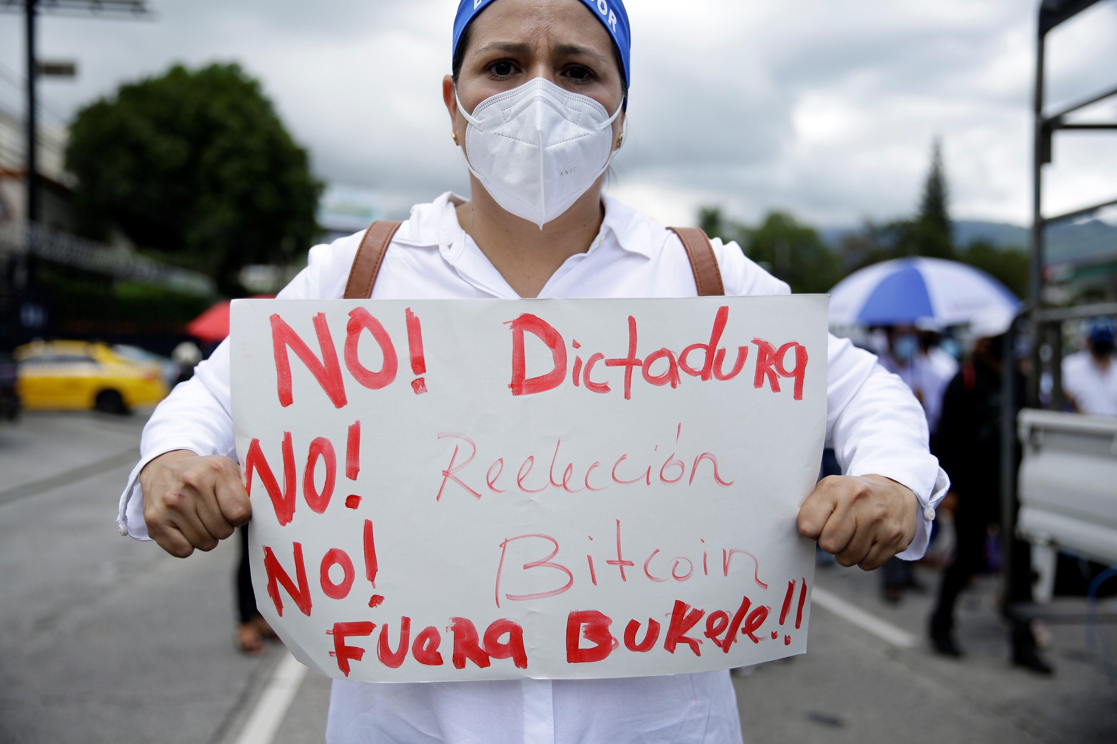 Bukele acusa a la comunidad internacional de financiar a la oposición tras la masiva protesta en su contra