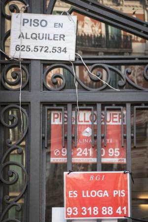 Carteles de alquiler en un portal de Barcelona, en una imagen de archivo.