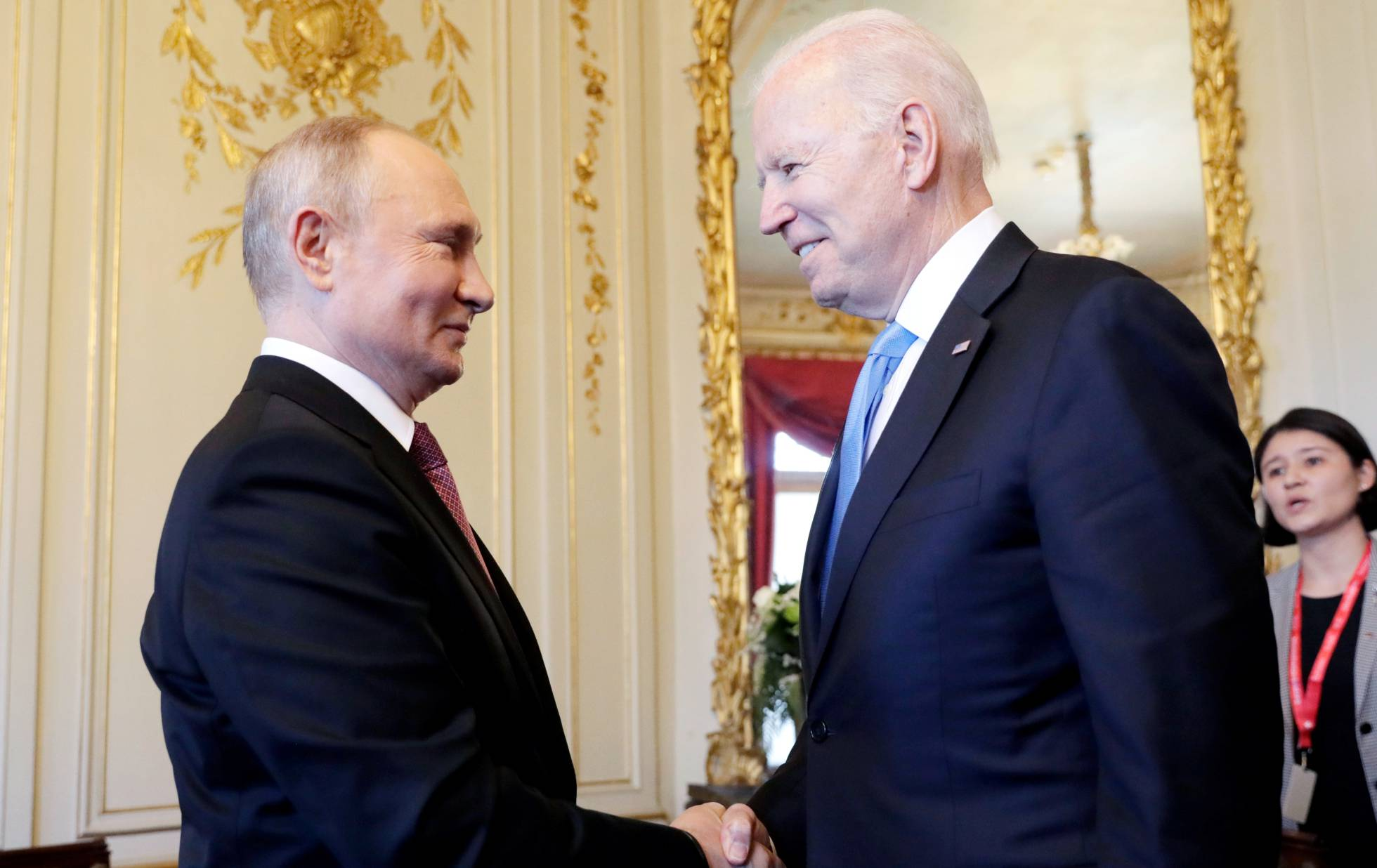 Vladímir Putin (a la izquierda) y Joe Biden se saludan en la Villa La Grange de Génova (Suiza), este miércoles.