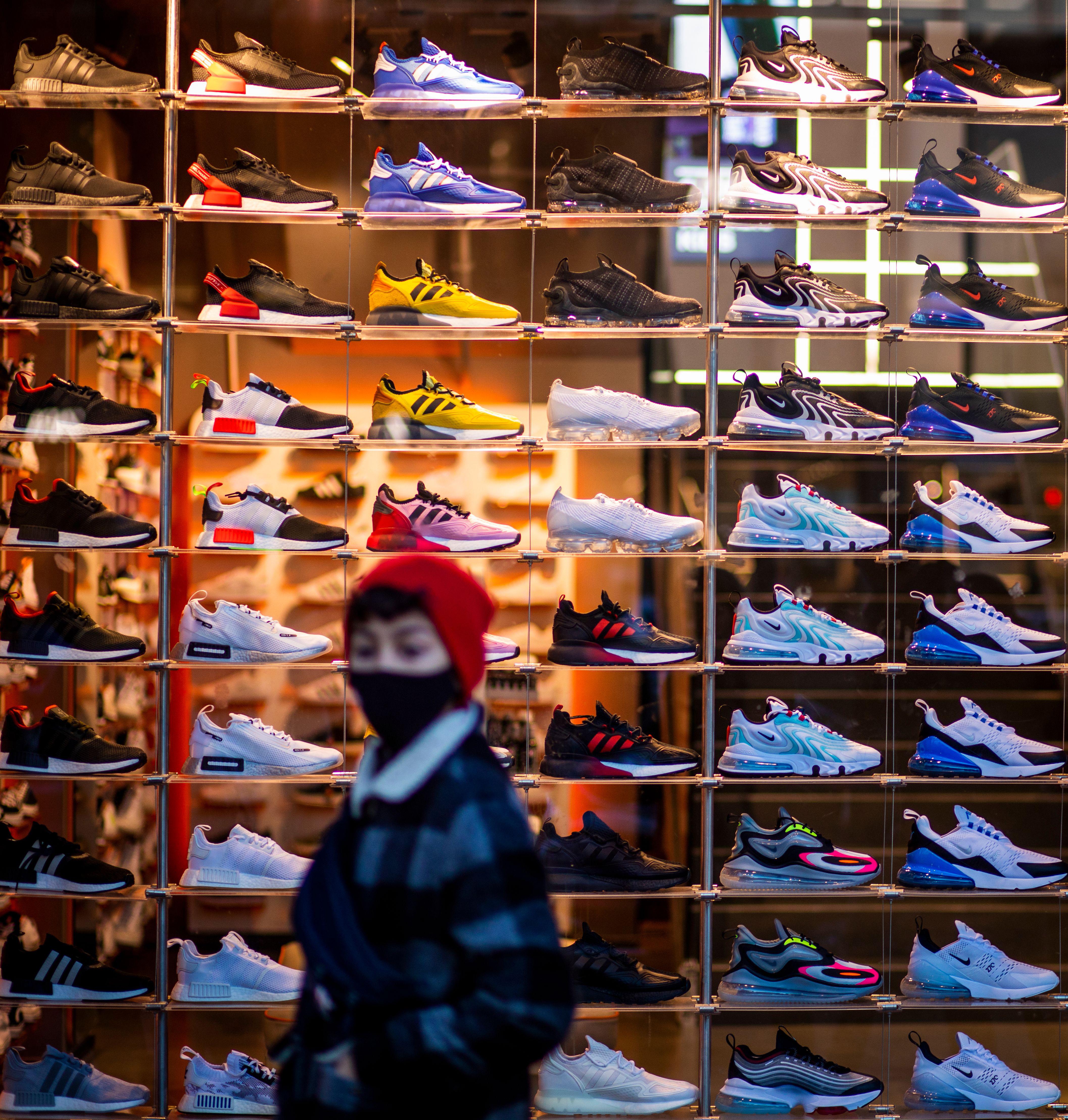 Un ragazzo passa davanti a un negozio di scarpe da ginnastica a Berlino lo scorso dicembre.
