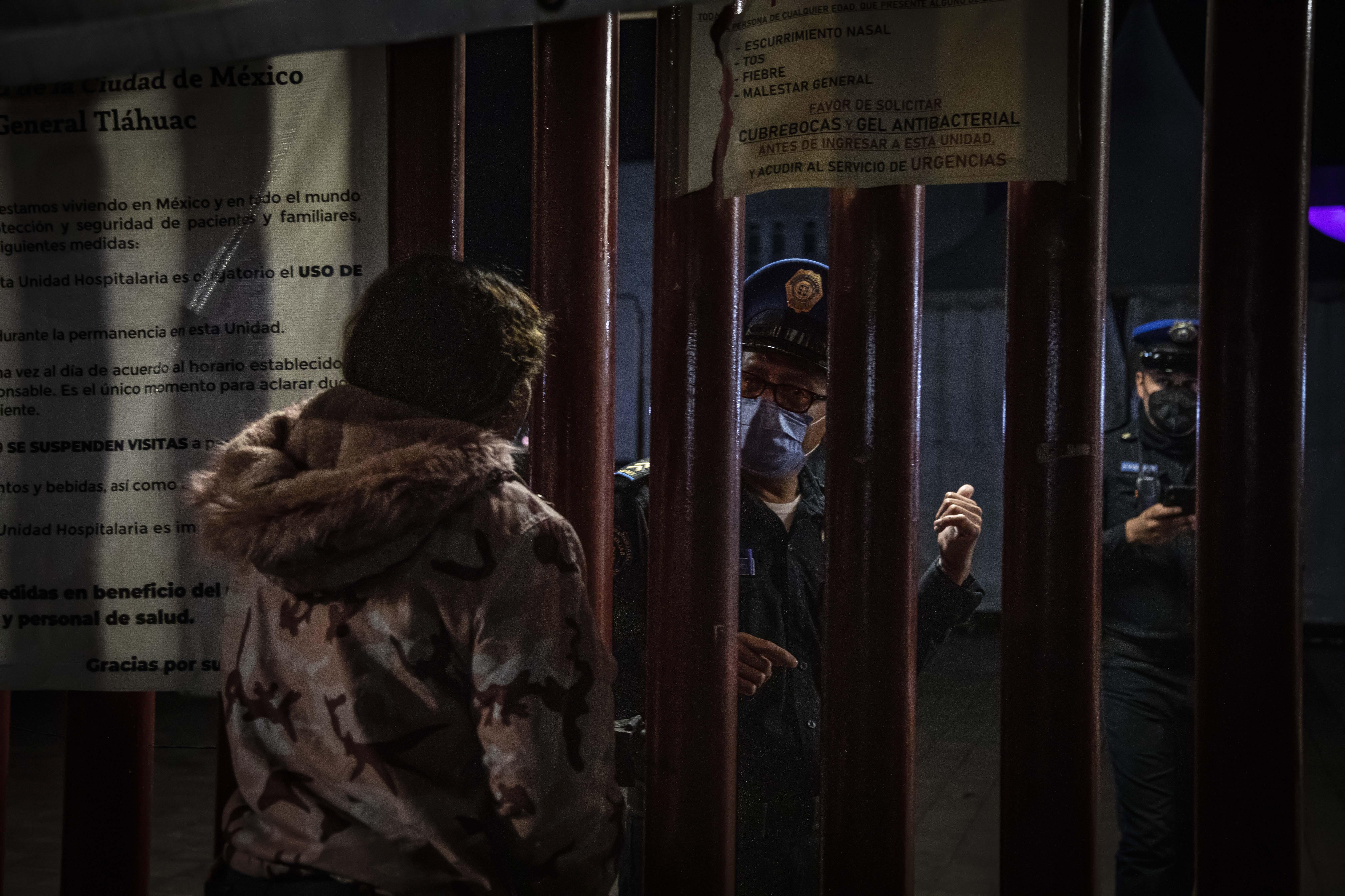 Familiares de víctimas del accidente de la línea 12 del metro de la Ciudad de México esperan información del estado de salud  de los lesionados en el Hospital General Tláhuac, la madrugada del 2 de mayo de 2020.