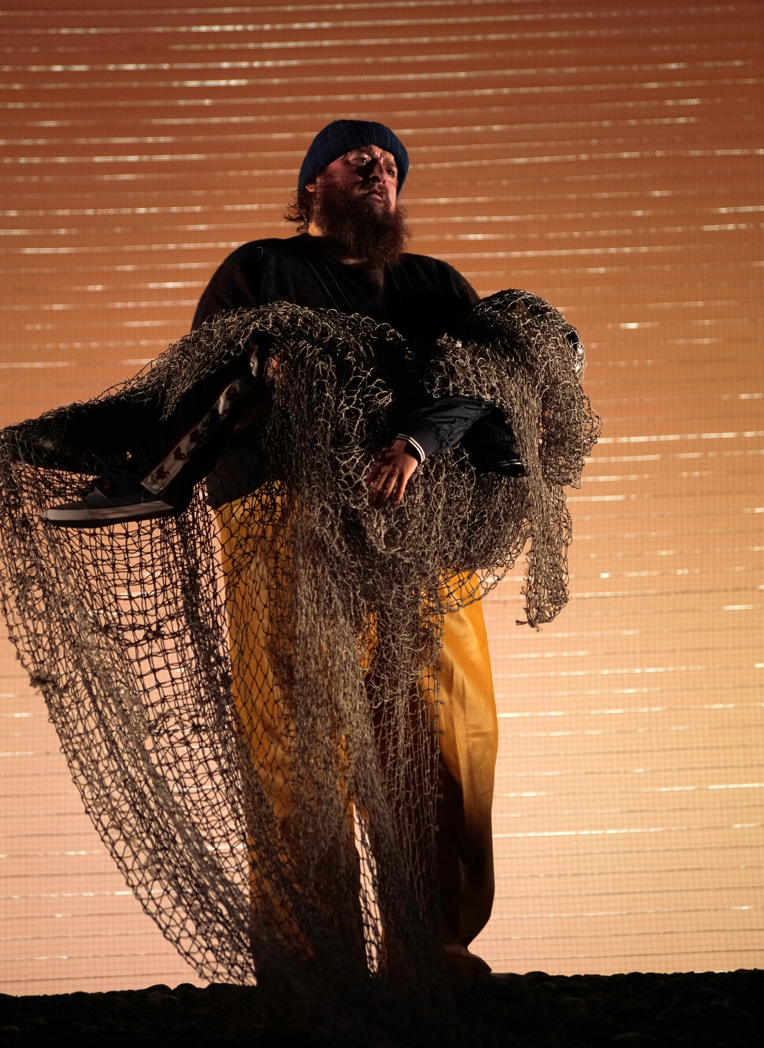 El tenor Allan Clayton y el actor Saúl Esgueva, en un ensayo de 'Peter Grimes' en el Teatro Real.
