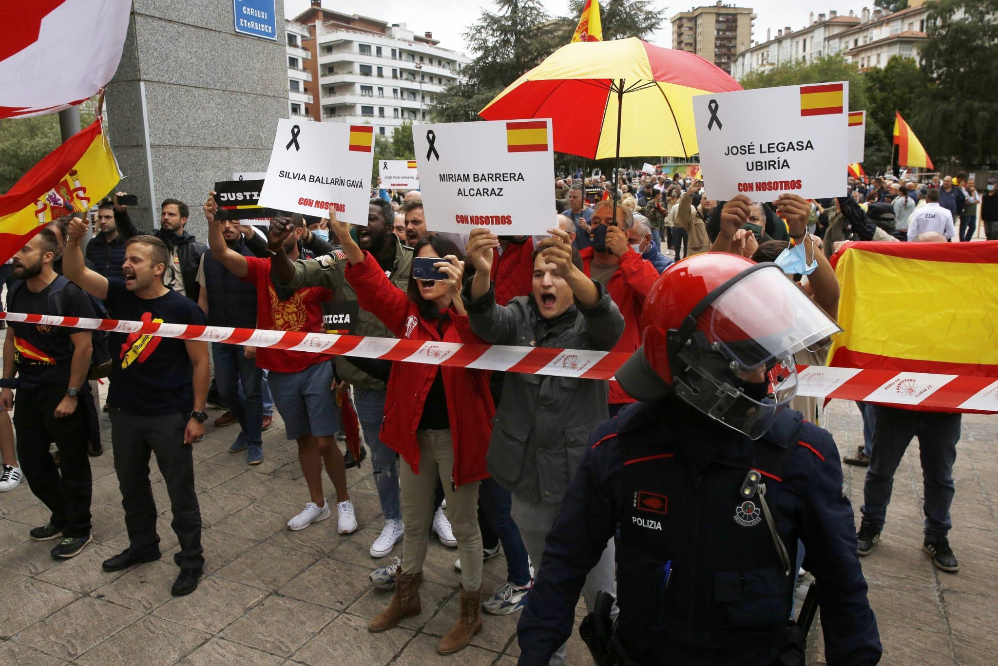 Tensión en Mondragón durante los homenajes de PP y Vox a las víctimas del etarra Parot