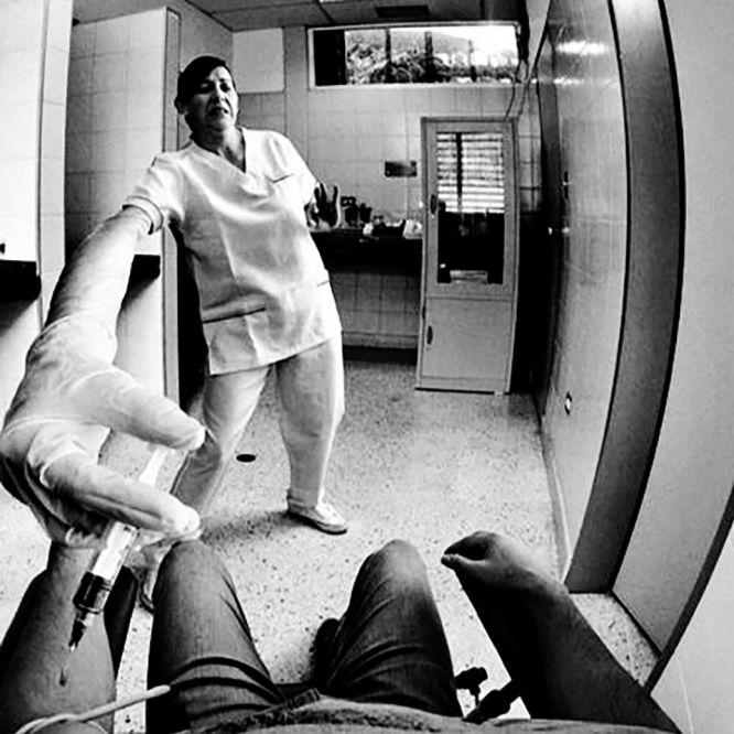 """John Mamani Flores, de 25 anos, pernas curtas e costas largas, nasceu em 8 de março de 1990 e poderia ter morrido no final de 2014. Até alguns meses atrás, era um doente qualquer perdido nos labirintos do sistema de saúde boliviano. Passou várias semanas com um de seus pulmões quase inutilizado, como uma bexiga furada. Precisou de oxigênio adicional nos momentos mais delicados e conheceu leitos de quatro hospitais, além de seus habitantes. Tudo começou com o que parecia um resfriado mal curado e poderia ter acabado nas entranhas de uma sala de cirurgia desagradável e repleta de instrumentos. """"Sairei bem disso tudo?"""", perguntava-se na época. Mamani, que via como os dias desapareciam aos poucos entre corredores e janelões, entre jalecos brancos e rolos de papel higiênico, registrou sua peregrinação de um hospital a outro com um iPhone. Retratou pratos de sopa, máscaras, banheiros, paredes, becos. Iluminou um cenário que muitas vezes nos escapa: o de um condenado a permanecer na cama. Em 9 de maio de 2014, John publicou um maço de Marlboro em seu perfil do Facebook com um cigarro que se destacava entre os demais. Quatro meses depois, um de seus pulmões entrou em colapso, e a imagem do dia era a de uma mão atravessada por um tubo que lhe inoculava soro. Hoje, seu diário fotográfico é o testemunho de um sobrevivente, um rastro difuso que nos conta para onde olhamos (e em que pensamos) quando nos falta ar."""