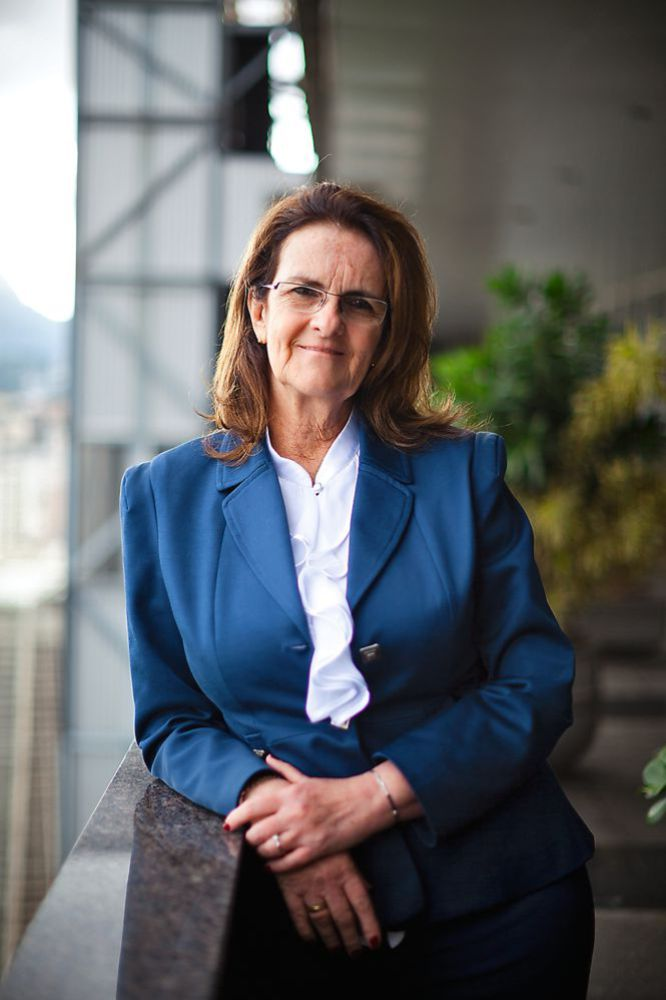 """A característica mais marcante da gestão de Maria das Graças Silva Foster, na presidência da Petrobras desde janeiro de 2012, é a sua franqueza. Uma autenticidade que pode espantar os leitores habituais dos cadernos de economia, acostumados com as evasivas de executivos. Em 2012, quando a empresa teve uma queda de 36% em seu lucro líquido, a comandante, que dá expedientes de até 18 horas, não hesitou em apontar o responsável por esse resultado. Era o Governo, o mesmo que a conduziu ao cargo, que adotara uma política anti-inflacionária que não permitia à empresa reajustar os preços dos combustíveis segundo as cotações dos mercados internacionais. Em 2013, a situação ainda não foi remediada e Graça Foster não perdeu nem um pouco o seu poder de fogo. Ao contrário, continua dando seus recados, como quando disse, em entrevista ao jornal o Estado de S. Paulo, há pouco mais de um mês: """"se eu não der resultado, me demite."""" À frente de um gigante com patrimônio de mais de 345 bilhões de reais e presença em 25 países espalhados por todos os continentes, a mineira com 36 anos de """"casa"""" personifica mais do que ninguém a figura construída no imaginário popular brasileiro de que os funcionários da petroleira """"vestem a camisa"""". Nascida no Estado de Minas Gerais, no Sudeste do país, a engenheira química começou sua carreira na companhia aos 24 anos. Assumiu a presidência após sete anos de gestão do baiano Sergio Gabrielli e com uma missão dura: pôr em marcha um audacioso plano de captação de recursos com a finalidade de investir uma barbaridade de 236,7 bilhões de dólares entre 2013 e 2017, quantia que reflete as enormes reservas de petróleo que a companhia vem prospectando. Nem fibra nem graça faltam a ela, pelo que se viu até agora, mas um pouco de apoio de quem a colocou no cargo pode ajudá-la a trazer de volta à Petrobras resultados que recompensem seus milhares de acionistas."""
