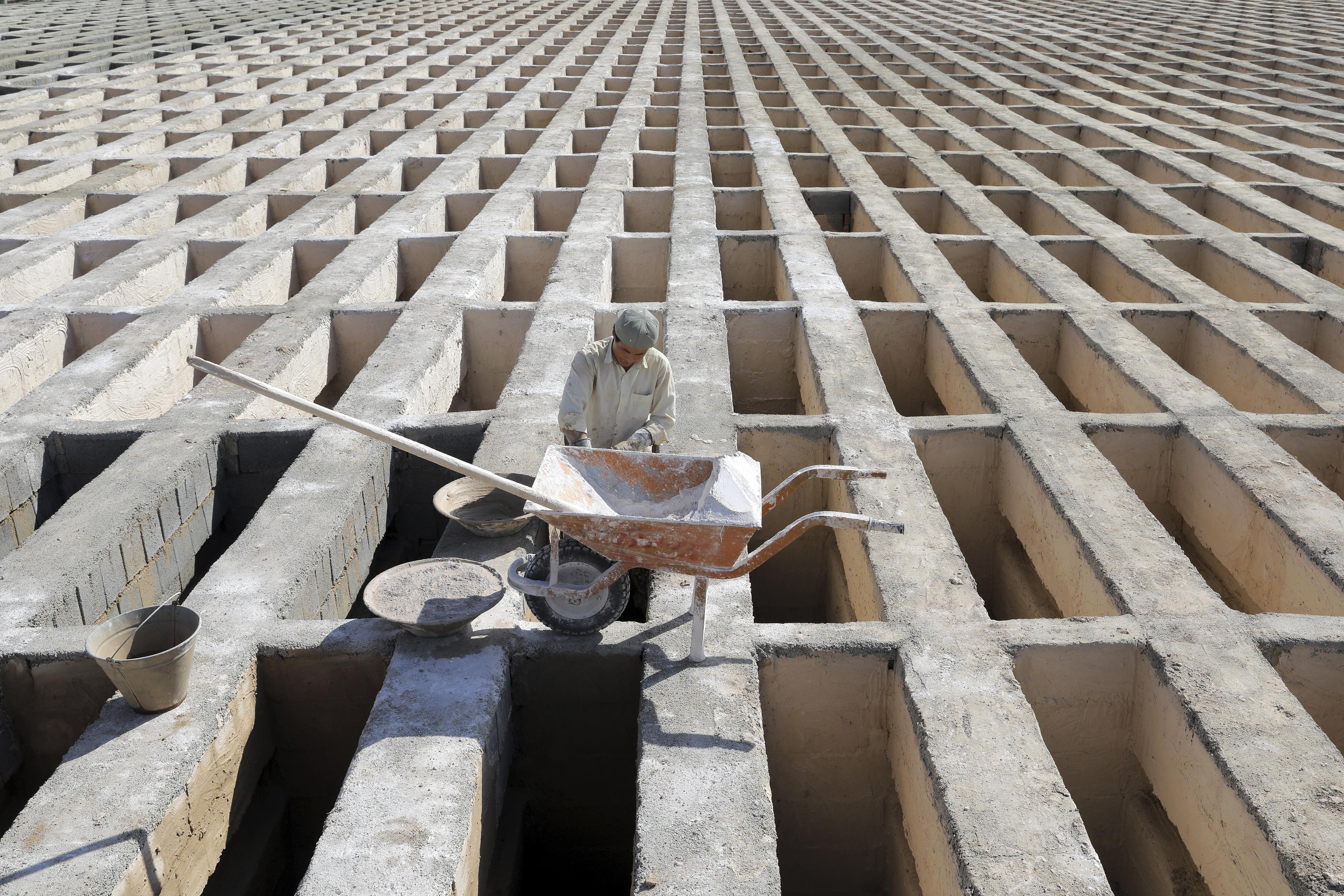 Tumbas de tres pisos para hacer frente a los muertos por la covid-19 en Teherán