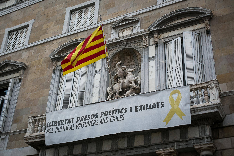 """La justicia ordena retirar """"inmediatamente"""" la pancarta independentista del Ayuntamiento de Sant Cugat"""