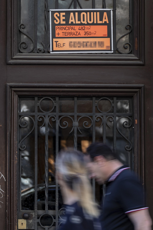 Cartel de alquiler en la puerta de una finca en Barcelona.