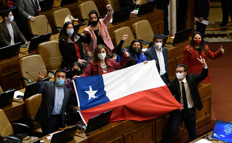 AFP: Chile aprueba la retirada del 10% de las pensiones por la crisis en un  duro golpe a Piñera | Internacional | EL PAÍS