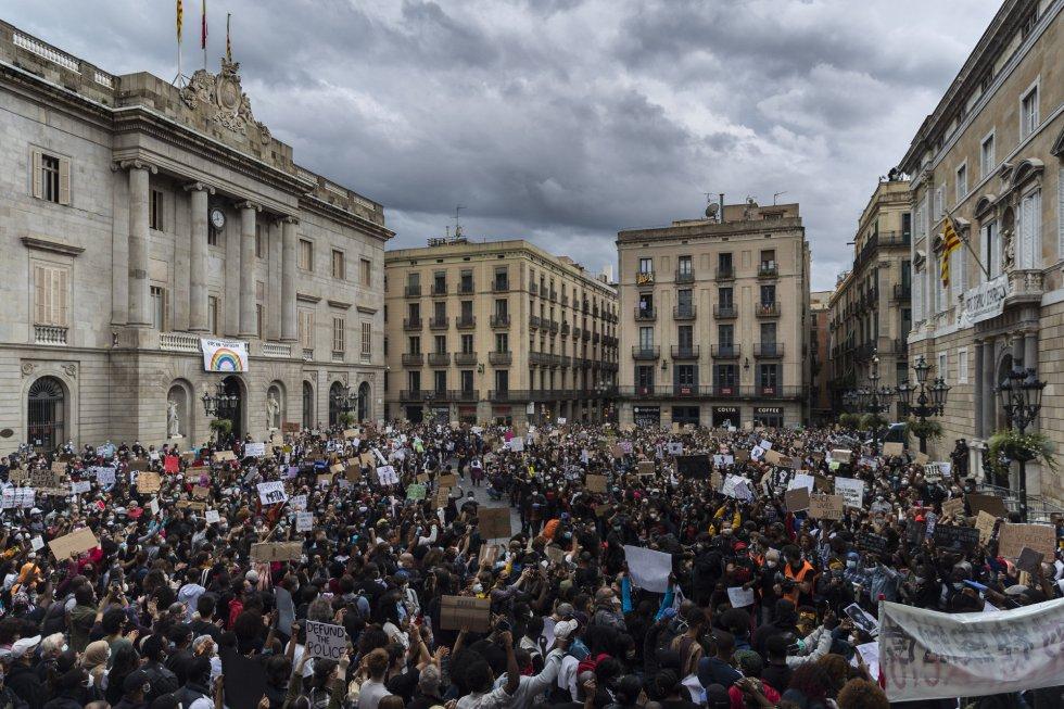 """[Ciutadans] Manifestación: """"Fuera el zorro del gallinero, Oficina Antifrau independiente"""" YQDCGYEZGVVBREY4Z4AVTZDA7A"""
