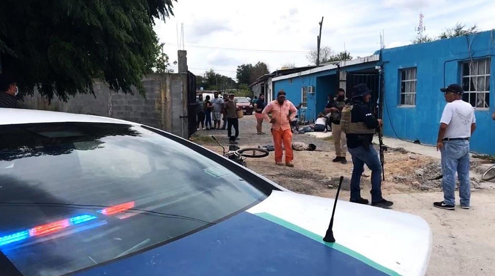 ATENCIÓN EDITORES: CONTENIDO GRÁFICO EXPLÍCITO - MEX5039. REYNOSA (MÉXICO), 19/06/2021.- Elementos de la policía estatal resguardan el área donde un comando armado asesinó a varias personas hoy, en la ciudad de Reynosa, estado de Tamaulipas (México). Al menos 15 personas murieron este sábado en diversos ataques violentos de grupos criminales en la ciudad mexicana de Reynosa, Tamaulipas, fronteriza con Texas, Estados Unidos. EFE/José Martínez