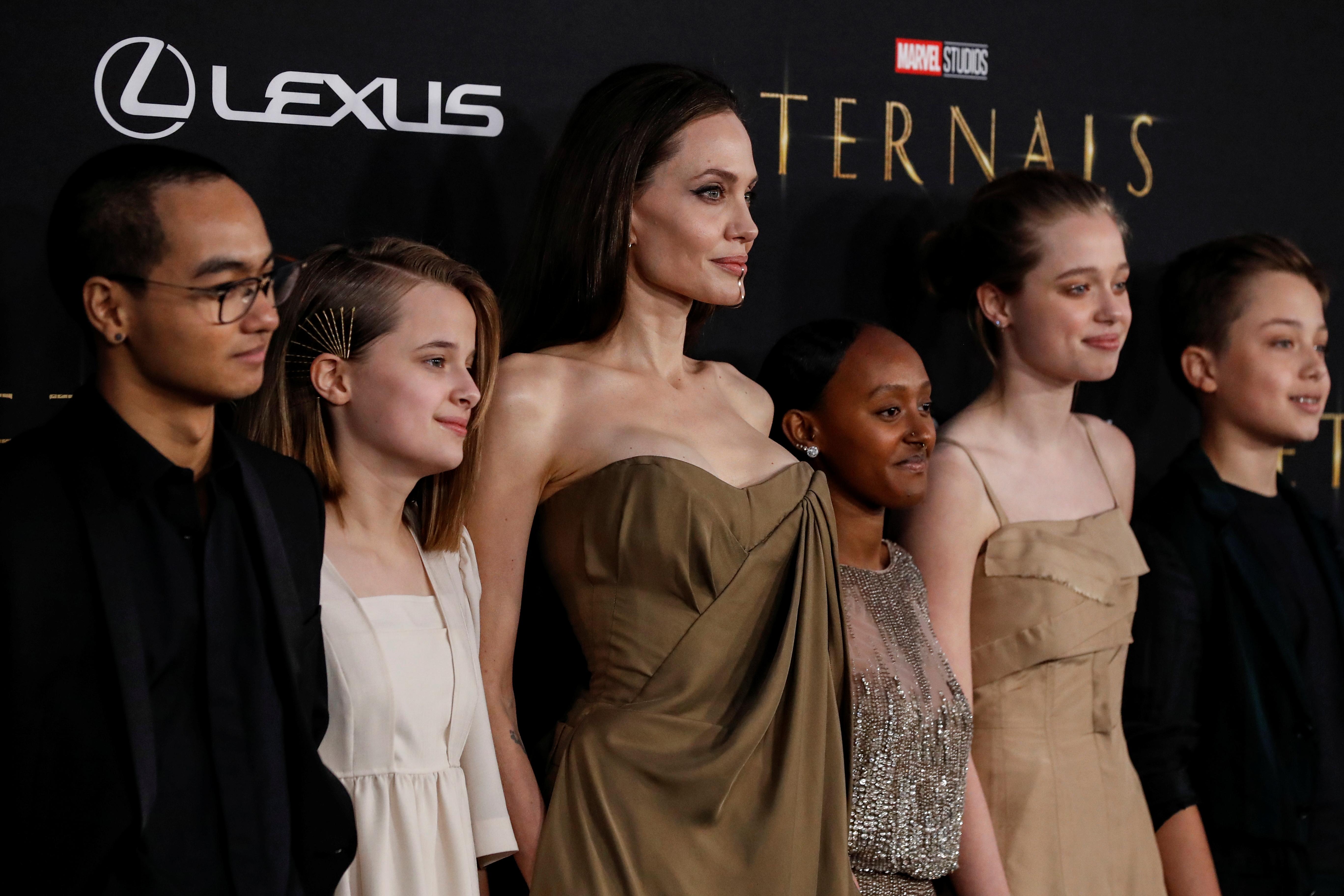 Adolescentes y con la ropa de su madre: Angelina Jolie posa con cinco de sus hijos en el estreno de 'Eternals'