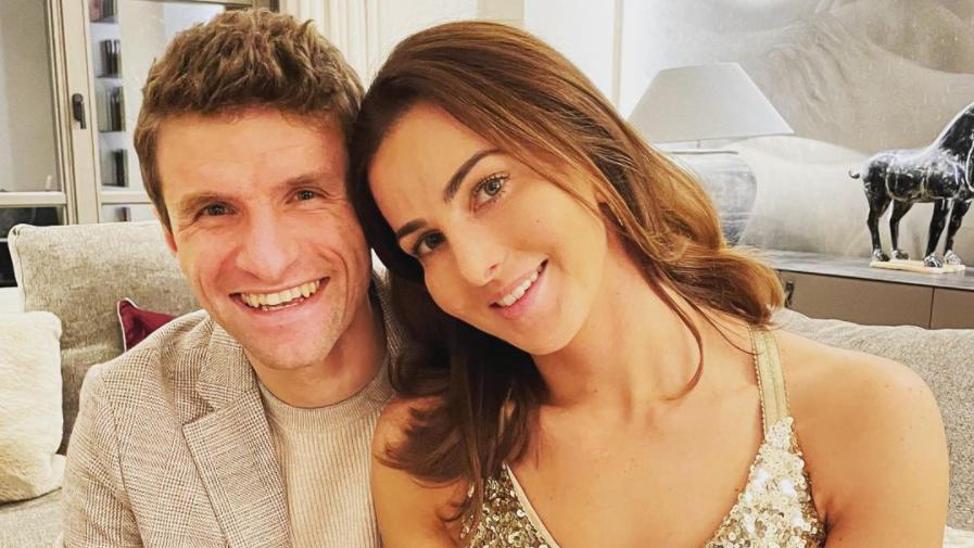 Lisa Müller teilt Badefoto mit Ehemann Thomas - aber wer ist der Mann im Hintergrund?