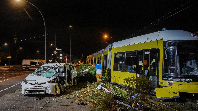Nach tödlichem Unfall in Berlin: Gaffer machen Selfies mit Leiche – Auto kollidierte mit Straßenbahn