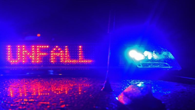 Auto prallt auf Bundesstraße gegen Lastwagen: Drei Verletzte