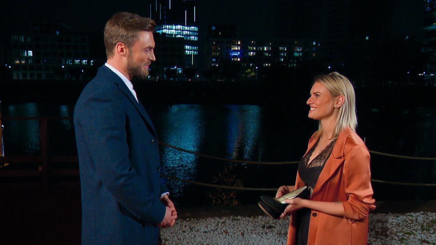 Bachelor 2021: Kandidatin Kim-Denise hat sich in den Fahrer verliebt! - RTL Online