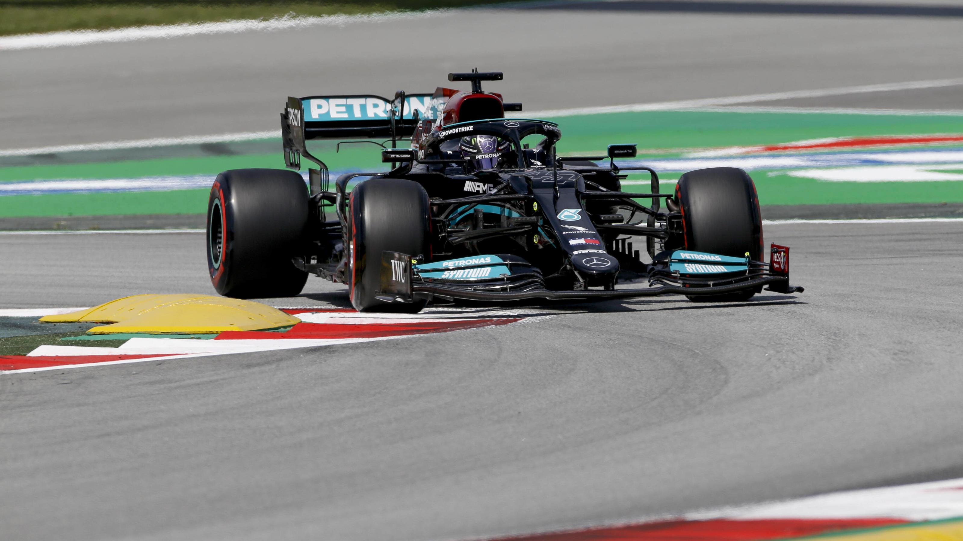 Formel 1 in Barcelona: Lewis Hamilton rast im 2. Training zur Bestzeit - Max Verstappen patzt