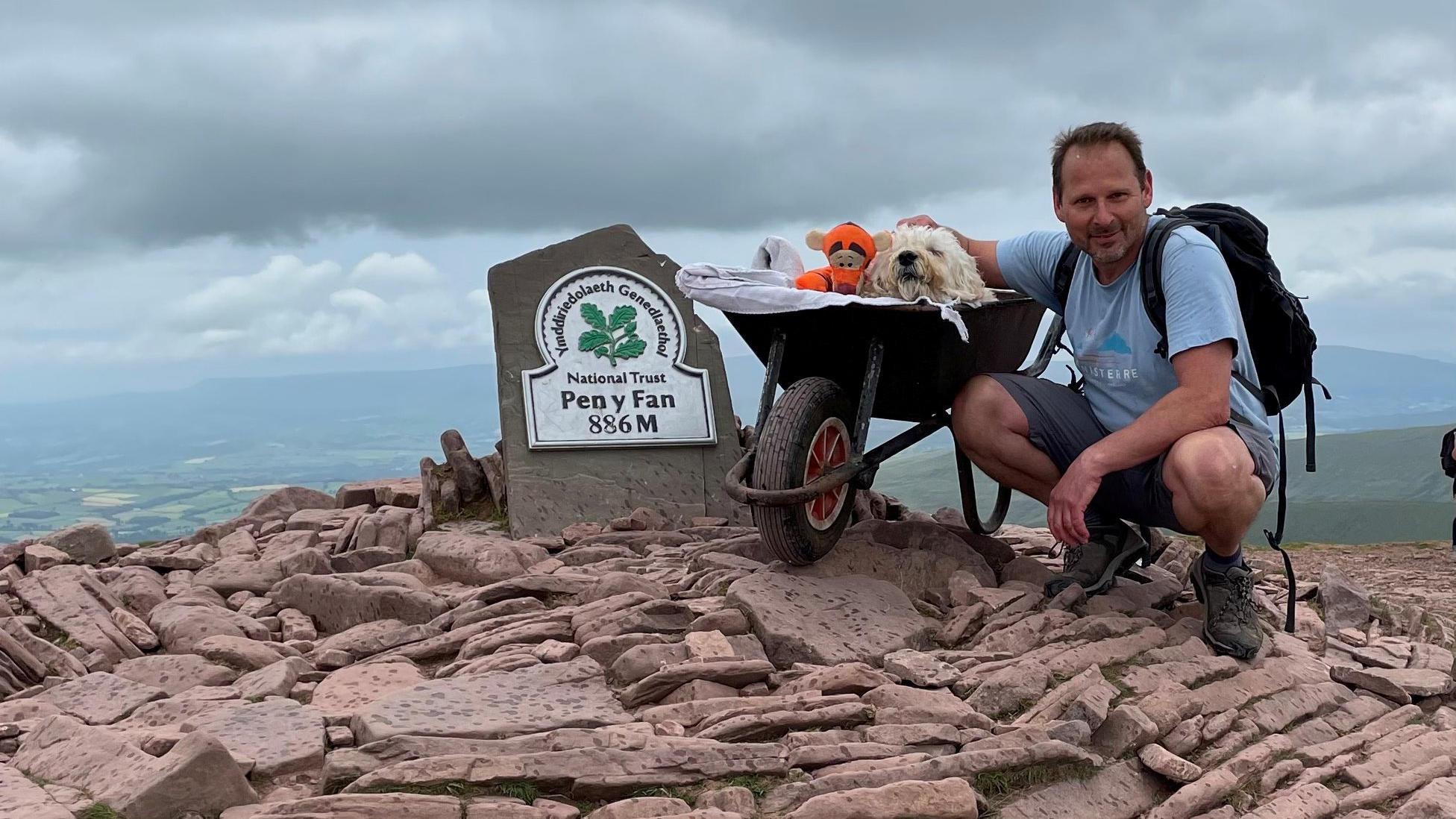 Für den letzten großen Ausflug: Mann schiebt sterbenden Hund in Schubkarre