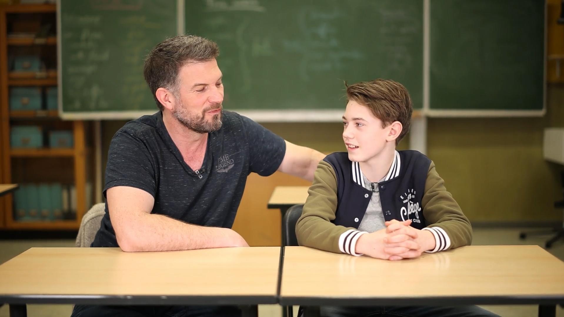 Ebenholz-Lehrer hilft Student