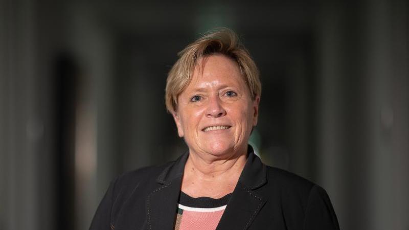 Kultusministerin drückt Schulbank: Digitaler Unterricht