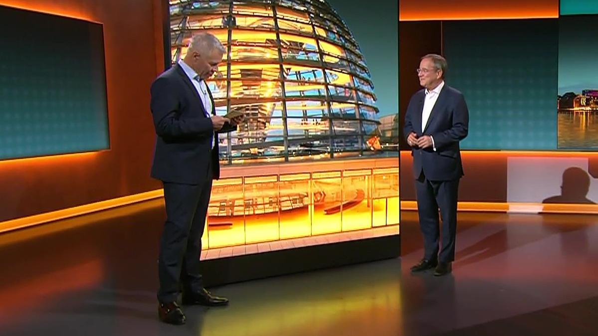 """Laschet im Livestream: Der Kanzlerkandidat der Union muss sich beim RTL-Format """"An einem Tisch mit..."""" beweisen."""
