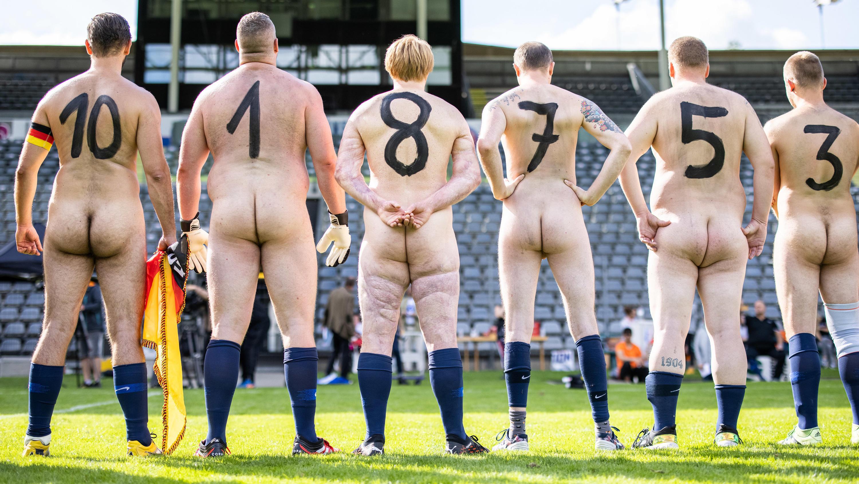 Fußball jungs spielen nackt Nacktfußball