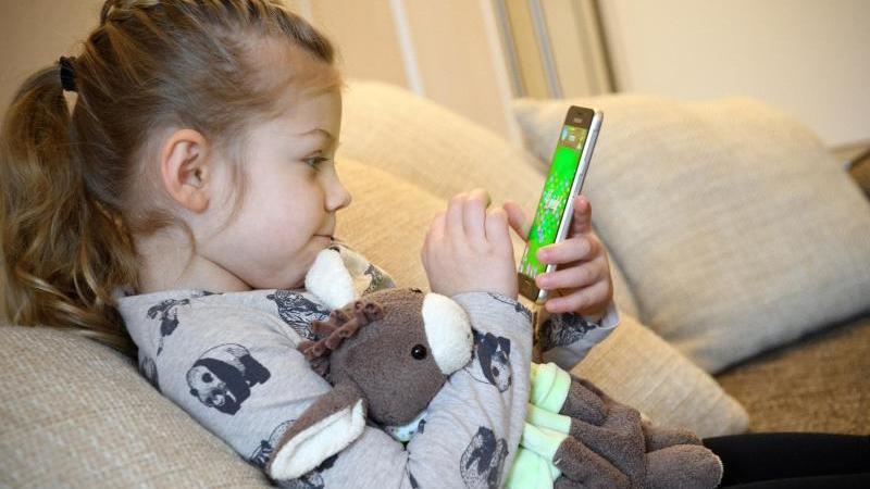 Kinder hängen in Corona-Zeit länger vor Smartphone & Co.