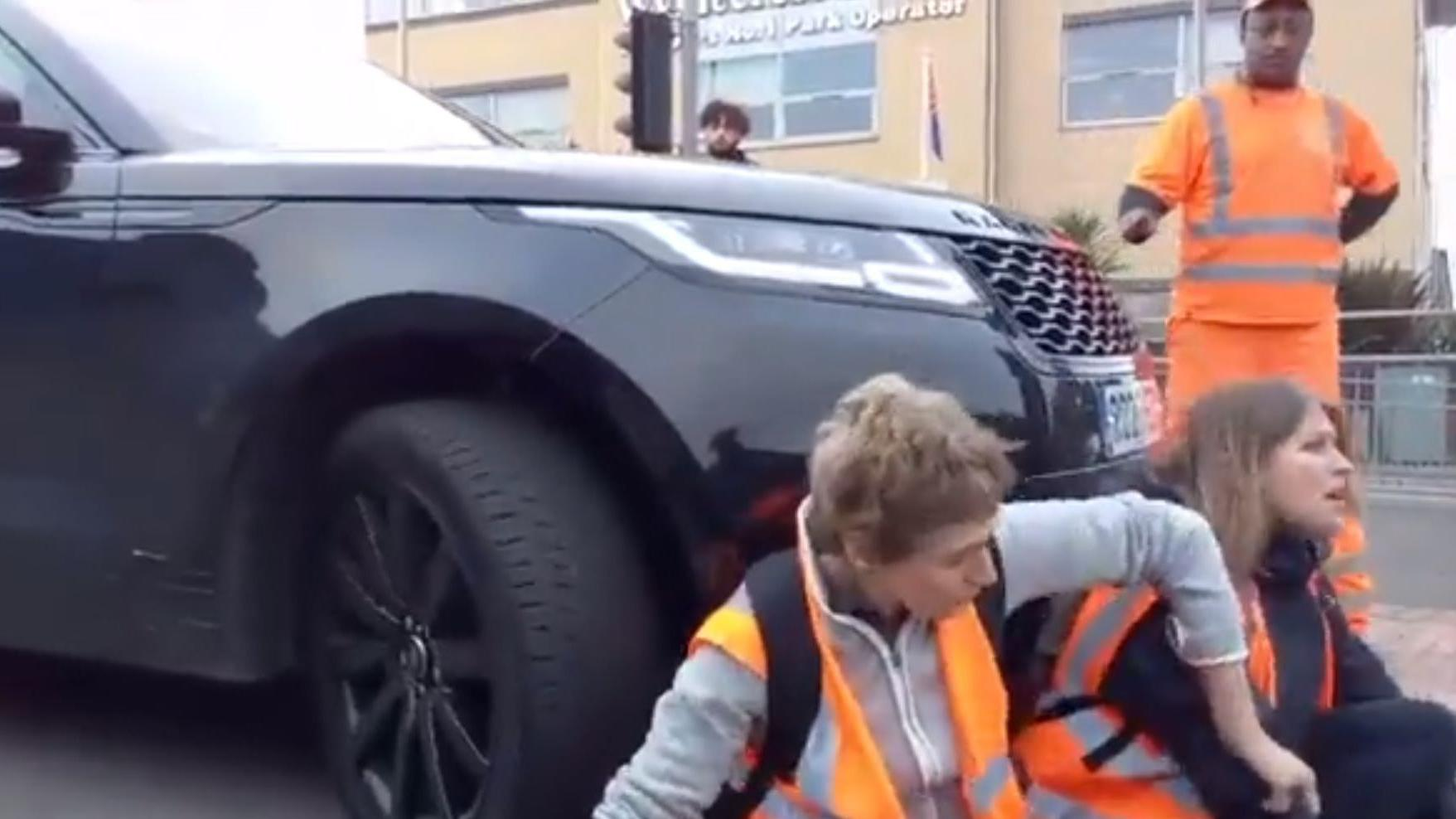 England: Ausraster auf Klima-Demo – Mama schiebt Aktivisten mit dem Auto weg