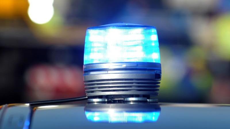 Jugendliche wollen nach Corona-Verstößen vor Polizei fliehen