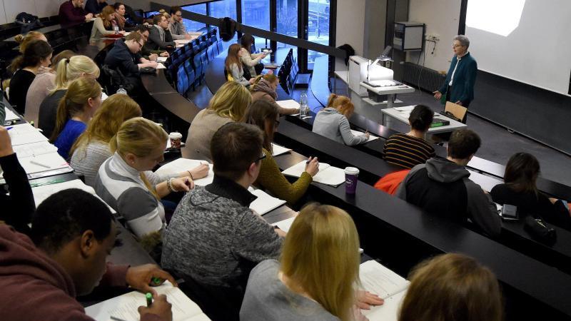 Hochschulen fordern mehr Geld für Hybrid-Wintersemester