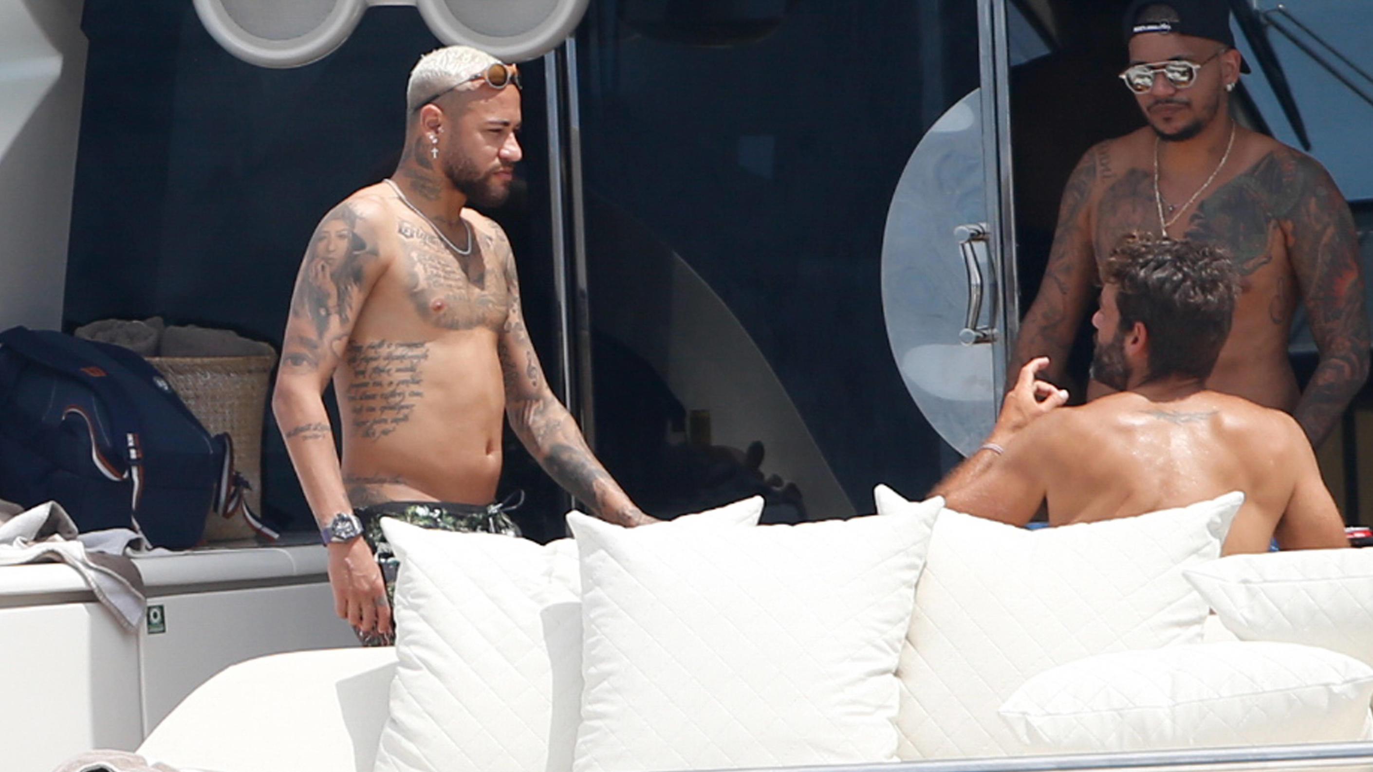 Fußball-Star Neymar lim Urlaub auf Ibiza mit Bäuchlein erwischt