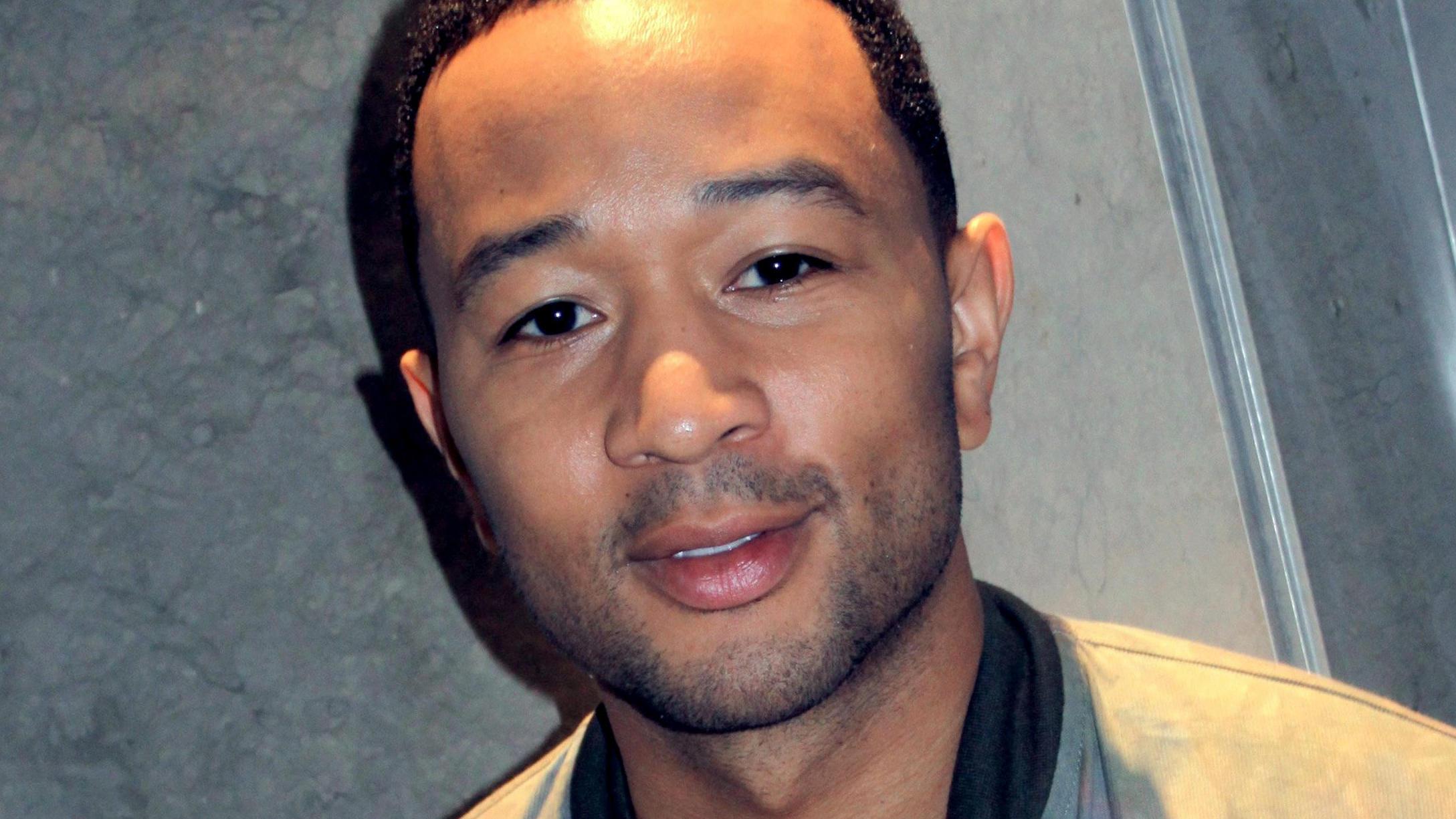 John Legend überrascht eine Straßenmusikerin