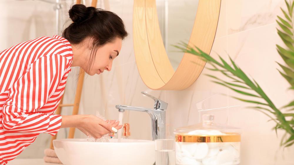 Kratzer im Waschbecken richtig entfernen