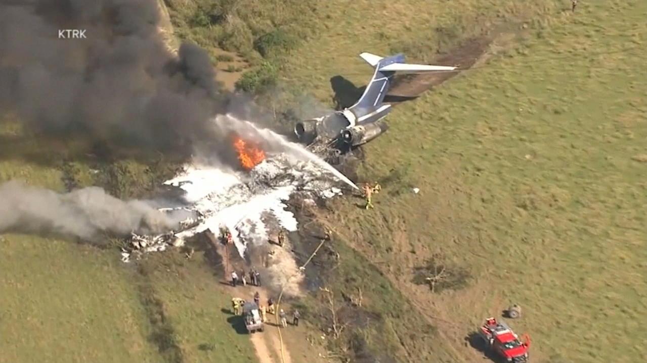 Im Video: Trümmerfeld nach Flugzeugabsturz in Houston - hier kamen alle Passagiere leben raus