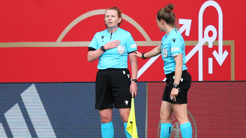 Frauen-Fußball: Linienrichterin Helen Edwards darf nach Hause fliegen