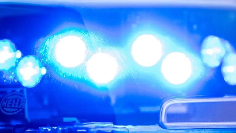 Lastwagen bleibt unter Brücke hängen: Fahrer schwer verletzt
